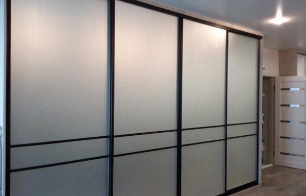 Шкаф-купе с матовым стеклом в квартиру студию под заказ