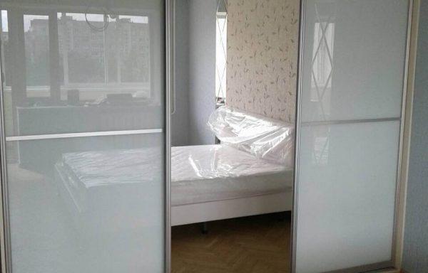 Шкаф-купе в спальню с белым лакобелем